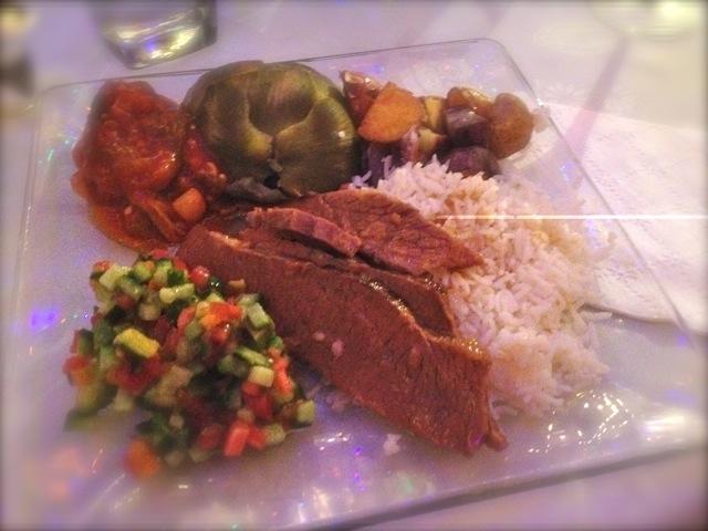 メインデッシュ。コーシャービーフの煮込み。(?)懐かしの混合肉の大和煮缶を彷彿。