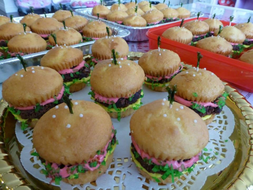 ハンバーガー風のカップケーキ
