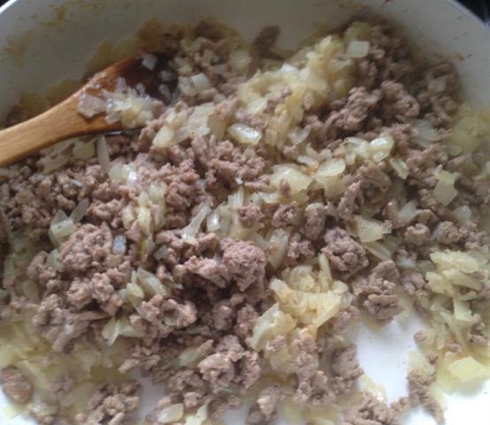ひき肉と玉ねぎを炒める__おっさんの〜グルテンフリー・ターキー・ボロネーゼ