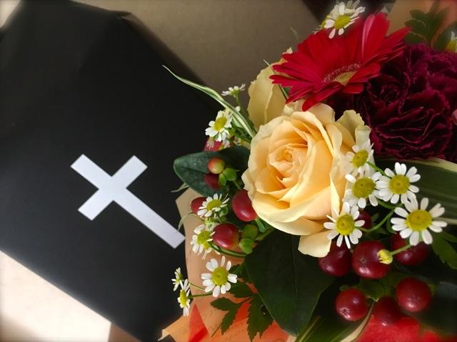 母の遺骨と十字架とバラ